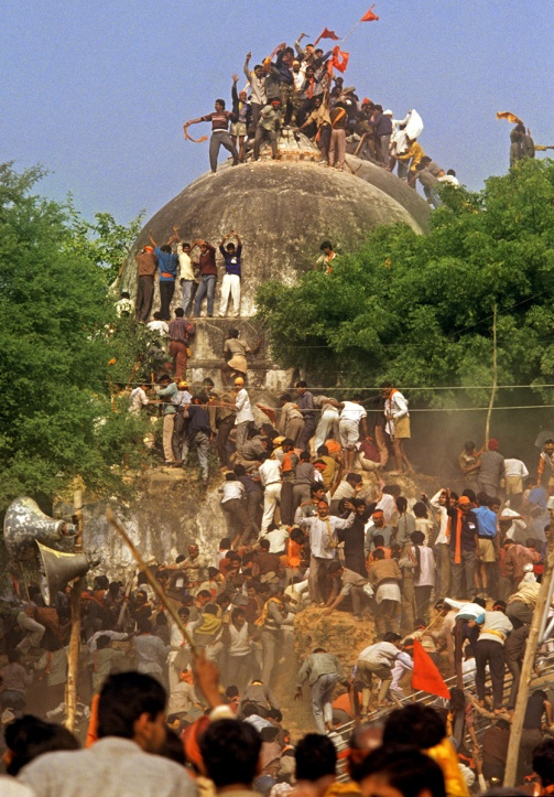 9 Kar sevaks enter the Babri Masjid. A group of volunteers even